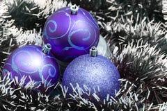 Bolas azules de la Navidad con las decoraciones Imagenes de archivo