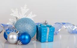 Bolas azules de la Navidad con los copos de nieve blancos Imagenes de archivo
