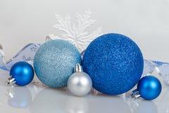 Bolas azules de la Navidad con los copos de nieve blancos Fotos de archivo libres de regalías