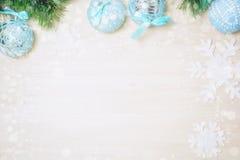 Bolas azules de la Navidad en fondo de madera con el espacio de la copia Foto de archivo libre de regalías
