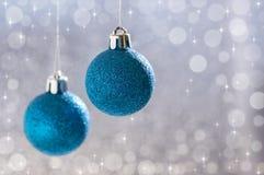 Bolas azules de la Navidad en un fondo hermoso con el bokeh Foco selectivo Foto de archivo libre de regalías