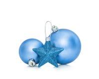 Bolas azules de las chucherías del Año Nuevo de la Navidad Fotos de archivo