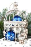 Bolas azules y de plata de la Navidad en jaula Foto de archivo
