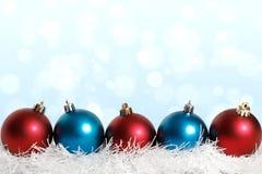 Bolas azules y rojas de la Navidad azules Fotografía de archivo libre de regalías