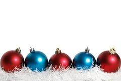 Bolas azules y rojas de la Navidad blancas Fotografía de archivo