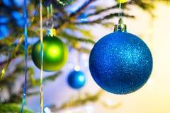 Bolas azules y verdes del día de fiesta con el árbol de navidad Foto de archivo