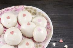 Bolas blancas del chocolate con los corazones fotos de archivo libres de regalías
