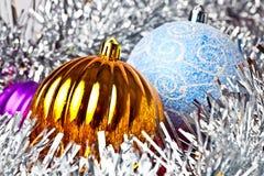 Bolas blancas del oropel y de la Navidad Imagen de archivo