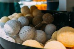 Bolas blancas y anaranjadas - sal de baño en el estante de una tienda fotos de archivo libres de regalías