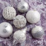 Bolas blancas y de plata de la Navidad en el papel de embalaje Fotos de archivo