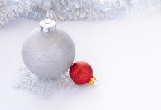 Bolas blancas y rojas de la Navidad en el espacio blanco del whith del fondo para el texto Fotos de archivo libres de regalías
