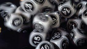 Bolas blancos y negros de la lotería en una máquina 4k almacen de metraje de vídeo