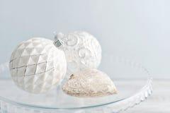 Bolas brancas do Natal do vintage Imagem de Stock Royalty Free