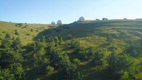 Bolas brancas grandes na montanha Obervatório em Rússia Usado para medir o tempo e a radionavegação vídeos de arquivo