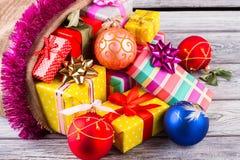 Bolas brilhantes bonitas do Natal e presentes coloridos Imagens de Stock Royalty Free