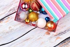 Bolas brilhantes diferentes do Natal na caixa de presente Foto de Stock Royalty Free
