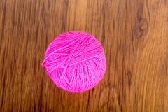 Bolas brilhantes do fio acrílico em uma tabela de madeira needlework Faça malha e fazer crochê Tendências da forma Imagem de Stock Royalty Free