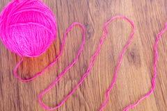 Bolas brilhantes do fio acrílico em uma tabela de madeira needlework Faça malha e fazer crochê Tendências da forma Imagens de Stock Royalty Free