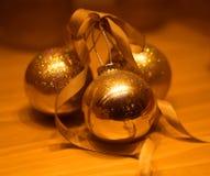 Bolas brilhantes brilhantes macro do Natal da decoração da foto imagem de stock royalty free