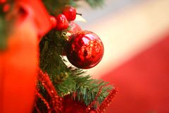 Bolas brilhantes brilhantes macro do Natal da decoração da foto foto de stock