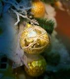 Bolas brilhantes brilhantes macro do Natal da decoração da foto imagens de stock royalty free