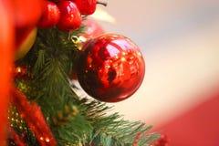 Bolas brilhantes brilhantes macro do Natal da decoração da foto fotos de stock royalty free