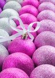 Bolas brillantes coloridas de la Navidad en una fila Imagen de archivo libre de regalías
