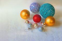 Bolas brillantes de la Navidad en el fondo blanco con el espacio libre para el texto Fotos de archivo