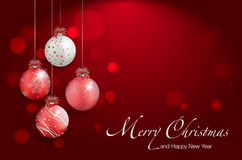 Bolas brillantes de la Navidad en el fondo rojo - lugar para su texto Fotos de archivo libres de regalías