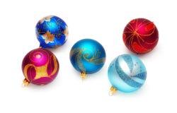 Bolas brillantes de la Navidad en un fondo blanco Fotos de archivo libres de regalías