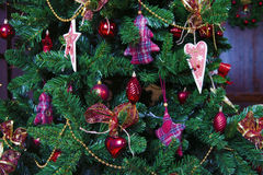 Bolas brillantes de la Navidad que cuelgan en ramas del pino Fotografía de archivo libre de regalías