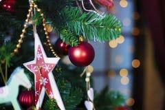 Bolas brillantes de la Navidad que cuelgan en ramas del pino Foto de archivo libre de regalías