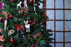 Bolas brillantes de la Navidad que cuelgan en ramas del pino Fotos de archivo libres de regalías