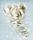 Bolas brillantes de oro de la Navidad con la decoración de los copos de nieve Fotografía de archivo