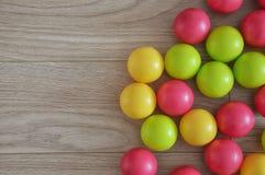Bolas brillantes en un fondo de madera foto de archivo libre de regalías