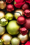 Bolas brillantes festivas de la Navidad del rojo y del oro Foto de archivo libre de regalías