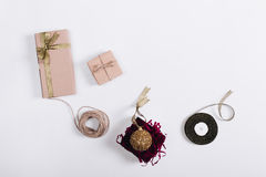 Bolas, cajas y regalos de la Navidad en el fondo ligero, visión superior Foto de archivo libre de regalías