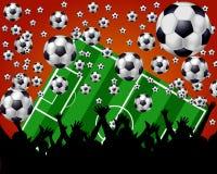 Bolas, campo y ventiladores de fútbol en fondo rojo Foto de archivo libre de regalías