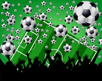 Bolas, campo y ventiladores de fútbol en fondo verde Foto de archivo libre de regalías