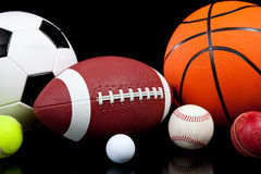 Bolas clasificadas de los deportes en un fondo negro imagen de archivo libre de regalías