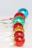 Bolas coloreadas de la Navidad alineadas Imágenes de archivo libres de regalías