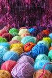 Bolas coloreadas del hilado Foto de archivo