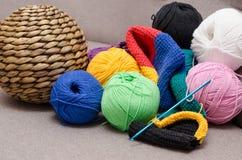 Bolas coloreadas del hilado Colores del arco iris Todos los colores Hilado para hacer punto Fotografía de archivo libre de regalías