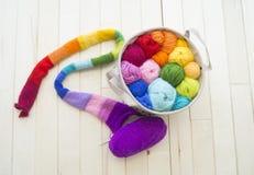 Bolas coloreadas del hilado Visión desde arriba Colores del arco iris Todos los colores Imagen de archivo libre de regalías