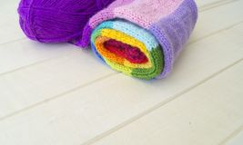 Bolas coloreadas del hilado Visión desde arriba Colores del arco iris Todos los colores Foto de archivo