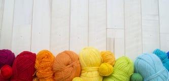Bolas coloreadas del hilado Visión desde arriba Colores del arco iris Todos los colores Imagenes de archivo