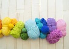 Bolas coloreadas del hilado Visión desde arriba Colores del arco iris Todos los colores Imagen de archivo