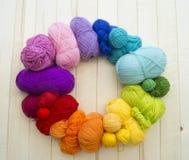 Bolas coloreadas del hilado Visión desde arriba Colores del arco iris Todos los colores Fotografía de archivo