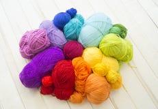 Bolas coloreadas del hilado Visión desde arriba Colores del arco iris Todos los colores Fotos de archivo libres de regalías