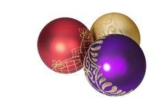 Bolas coloridas brilhantes do Natal no fundo branco Imagens de Stock